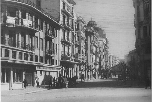 Η οδός Στρατηγού Καλλάρη είναι η διαγώνια οδός που οδηγεί στην Παύλου Μελά  από την Παραλία. Παλιά ονομαζόταν Βίκτωρος Ουγκώ και ήταν ένας από τους ... 76aa4cd70d2