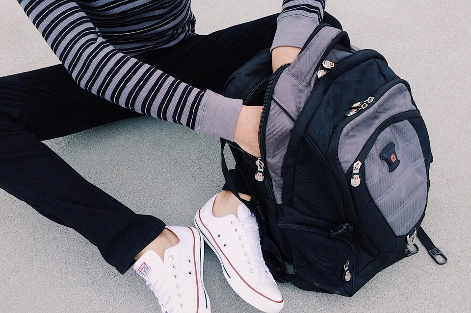 478c20a75a Μία Παρασκευή τον μήνα οι μαθητές των ελληνικών σχολείων θα έχουν την  δυνατότητα να αφήνουν την τσάντα στο σχολείο σύμφωνα με την νέα εγκύκλιο  του ...