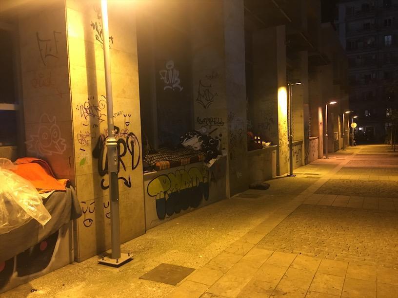 Η parallaxi μέσα από τη δράση της Η Θεσσαλονίκη Αλλιώς και τη βοήθεια της  Άρσις κατέγραψε πριν μερικά χρόνια τους άστεγους του κέντρου της πόλης ... 3a2d7ef06d4