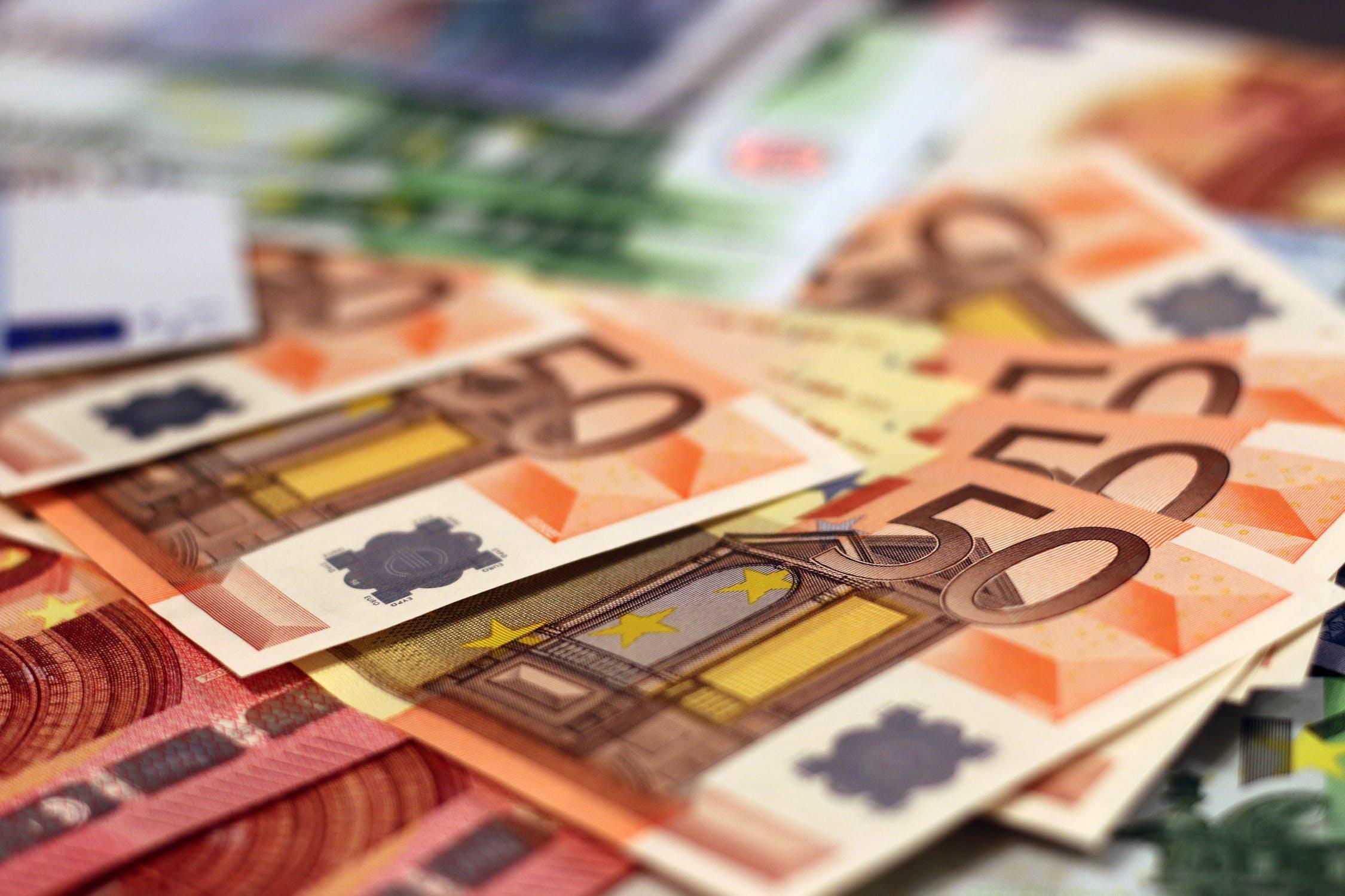 Εργαζόμενοι σε αναστολή: Πόσα χρήματα και πότε θα τα λάβουν - Parallaxi  Magazine