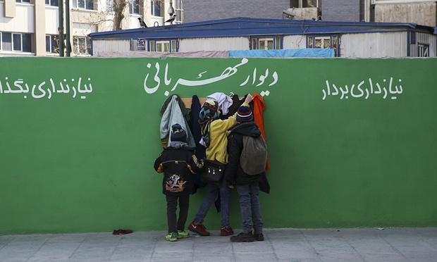 Δίπλα σε ένα σταθμό του μετρό στο κέντρο της Τεχεράνης. Φωτογραφία : Vahid Salemi/AP